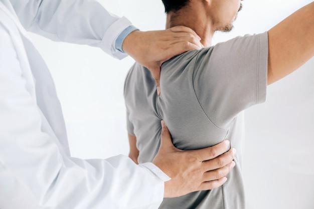 https://www.fisiohouse.it/wp-content/uploads/2021/03/physiotherapist-doing-healing-treatment-man-s-back-back-pain-patient-treatment_38391-395.jpg